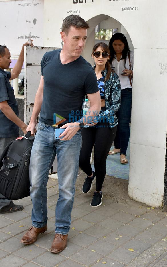 इलियाना डिक्रूज अपने बॉयफ़्रेंड एंड्रयू नीबोन के साथ बांद्रा में नजर आईं
